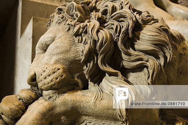 Statue des schlafenden Löwen flankierend Denkmal für Klemens XIII.  Petersdom  Rom  Italien