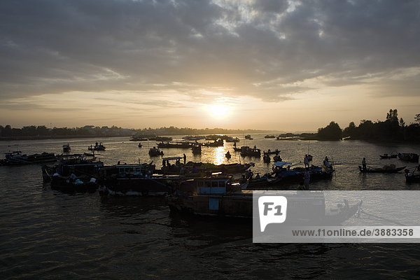Floating market of Tra On on the Mekong River  Vinh Long Province  Vietnam