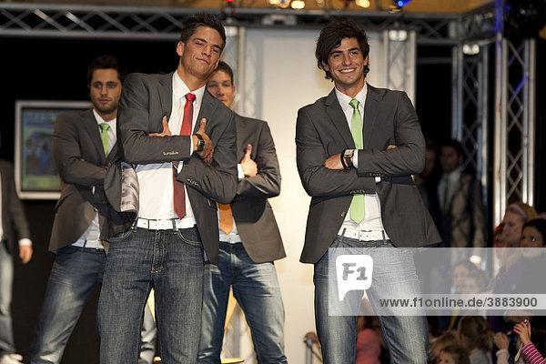 Stefan Zahnd und Jan Bühlmann  Mister-Schweiz-Finalisten 2010  präsentieren Feldpausch und PKZ bei der Modeschau im Einkaufscenter Emmencenter in Emmenbrücke  Luzern  Schweiz