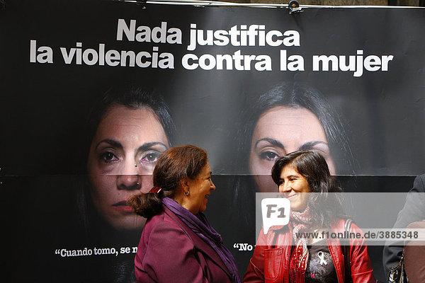 Frauen im Gespräch vor einem Plakat  Frauendemonstration gegen Gewalt  ConcepciÛn  Chile  Südamerika