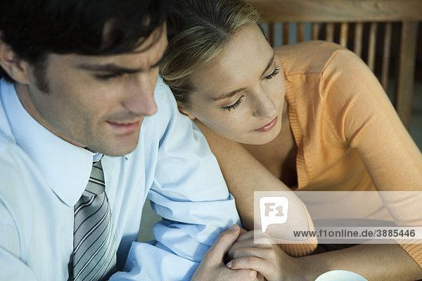Paar hält Hände  Frau ruht Kopf auf der Schulter des Mannes