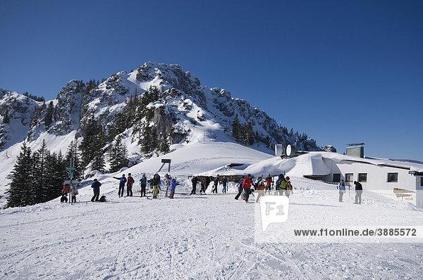 Wintersportler auf Bergkamm  Eltern mit Kindern  Skifahrer in den Chiemgauer Alpen  Scheibenwand  Bayern  Deutschland  Europa