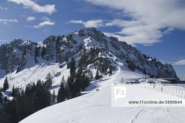 Blick von der Sonnenalm auf die Bergstation der Kampenwandbahn  dahinter Scheibenwand  Chiemgau  Bayern  Deutschland  Europa