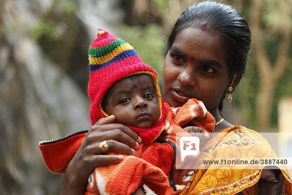 Mutter mit Baby  Courtallam  Tamil Nadu  Tamilnadu  Südindien  Indien  Asien