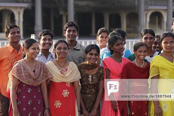 Indische Gruppe vor Maharaja-Palast Amba Vilas  Mysore  Maisur  Karnataka  Südindien  Indien  Südasien  Asien