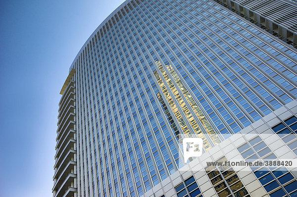 Messeturm spiegelt sich in den Scheiben der Commerzbank  Messe  Frankfurt  Hessen  Deutschland  Europa