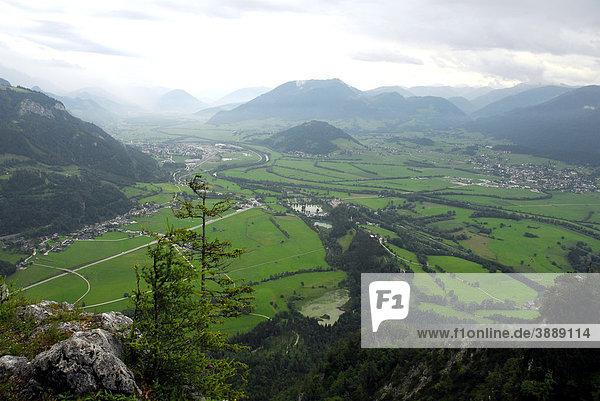 Blick vom Tressenstein ins Ennstal  Landschaft um Grimming Berg  Salzkammergut  Liezen  Steiermark Alpen  Österreich  Europa