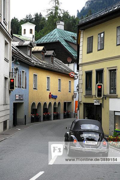 Volkswagen  VW Käfer in der Hauptstraße  Straße in Bad Aussee  Ausseerland  Totes Gebirge  Salzkammergut  Steiermark Alpen  Österreich  Europa