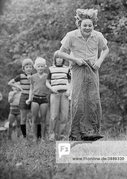 Kinder beim Sackhüpfen  DDR  ca. 1976