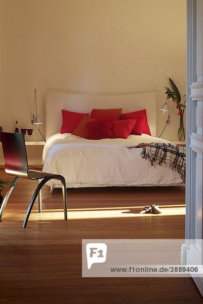 Stilvolles Schlafzimmer mit weißem Bett in edlem  modernem Design