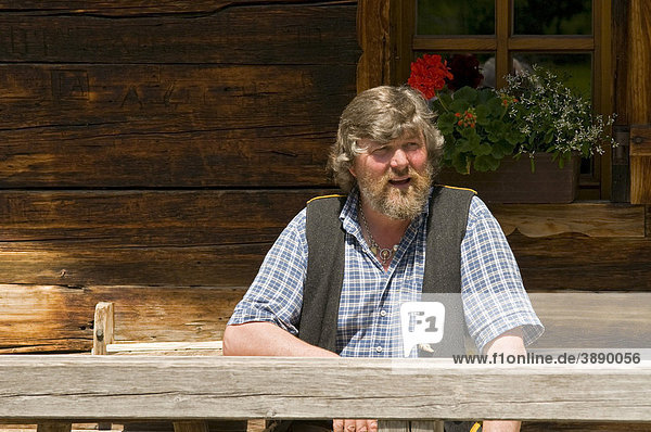 Almerer  Bergbauer vor seiner Almhütte  Christian Platzgummer  Eng-Alm  Karwendelgebirge  Tirol  Österreich  Europa