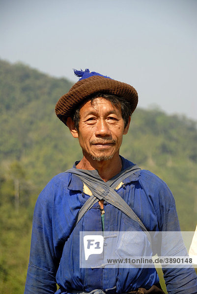 Portrait  Mann der Ho-Ethnie  traditionelle Kleidung  blaues Gewand  Mütze  Ban Choka  Distrikt und Provinz Phongsali  Laos  Südostasien  Asien