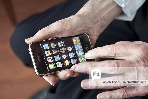Älterer Herr bedient ein Smartphone  Hände mit iPhone