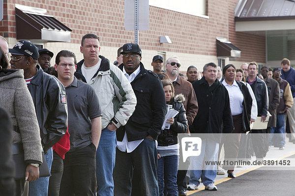 Arbeitslose Bewohner von Detroit stehen Schlange um 200 Arbeitsplätze beim neuen Meijer Supermarkt  Rochester Hills  Michigan  USA