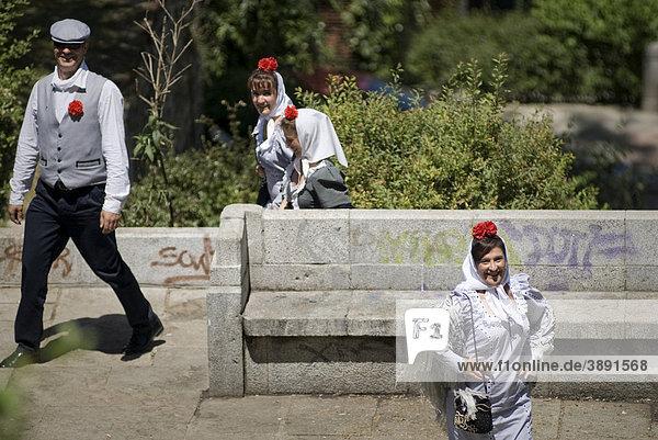 Stadtfest San Isidro im Mai  traditionell gekleidete Menschen in chulapos und chulapas  Madrid  Spanien  Europa