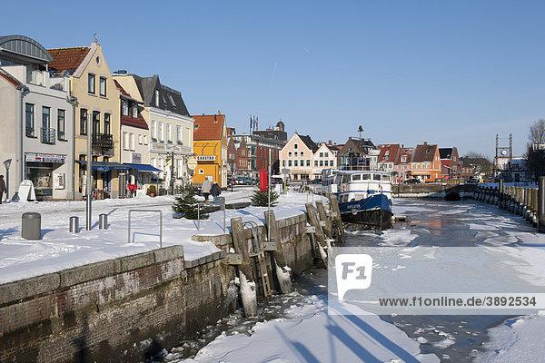 Der zugefrorene Binnenhafen  Husum  Nordsee  Nordfriesland  Schleswig Holstein  Norddeutschland  Europa