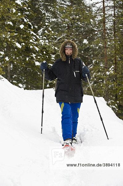 Frau beim Schneeschuhgehen