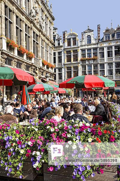 StraßencafÈ  Fassaden und Giebel der Gildehäuser am Grote Markt  Grand Place  Brüssel  Belgien  Europa