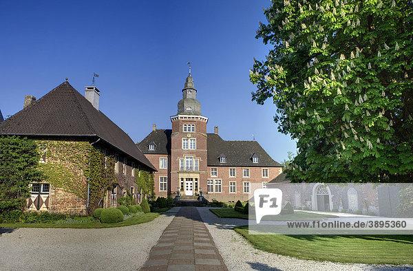 Haus Sandfort oder Schloss Sandfort  Wasserschloss bei Olfen-Vinum  Münsterland  Nordrhein-Westfalen  Deutschland  Europa