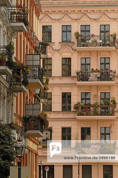 Balkone und malerische Altbauten am Chamissoplatz  nahe Bergmannstraße  Kreuzberg  Berlin  Deutschland  Europa