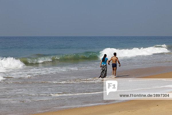 Indisches Paar an Sandstrand  Somatheeram Beach  Malabarküste  Malabar  Kerala  Südindien  Indien  Asien