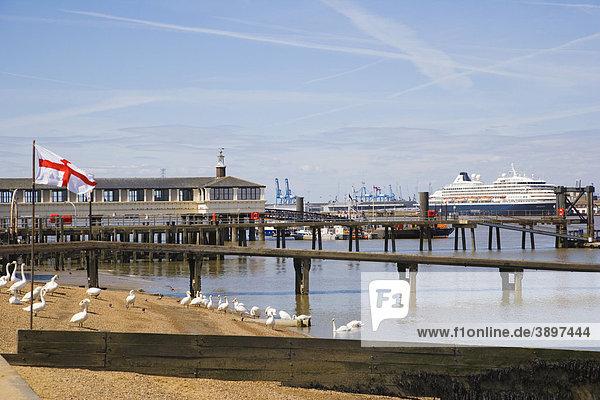 Ufer mit dem Royal Terrace Pier und Tilbury  London  Cruise Terminal  Gravesend  Kent  England  Vereinigtes Königreich  Europa