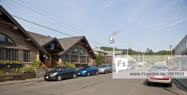 Die Ortschaft Cannon Beach mit den typischen Holzhäusern am Cannon Beach  Hemlock St  Clatsop County  Oregon  USA Holzhäuser