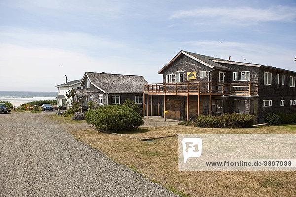 Die Ortschaft Cannon Beach mit den typischen Holzhäusern am Cannon Beach  Clatsop County  Oregon  USA Holzhäuser