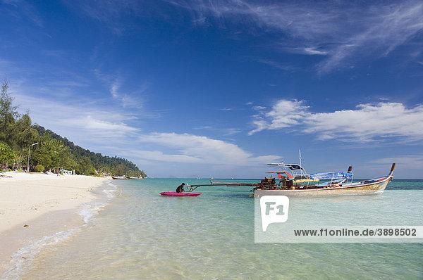 Longtailboot  Fischerboot am Strand  Insel Ko Hai oder Koh Ngai  Trang  Thailand  Asien
