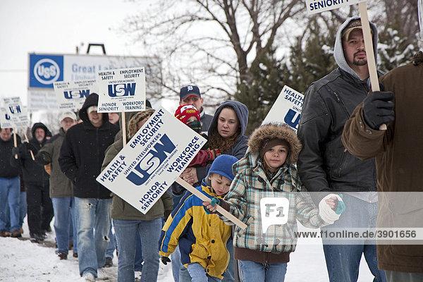 Mitglieder der United Steelworkers Local 1299 Gewerkschaft stellen Streikposten auf vor Great Lakes Steel  einem Tochterunternehmen von US Steel  River Rouge  Michigan  USA