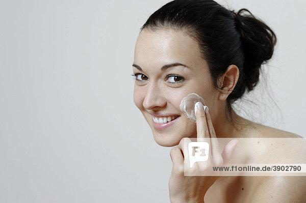 Junge Frau  Körperpflege  Hautpflege