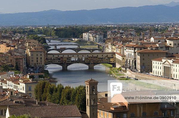 Stadtpanorama mit Ponte Vecchio und Fluss Arno  Ausblick vom Monte alle Croci  Florenz  Toskana  Italien  Europa