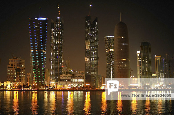 Nachtaufnahme Skyline Doha  Tornado Tower  Navigation Tower  Peace Towers  Al-Thani Tower  Doha  Katar  Qatar  Persischer Golf  Naher Osten  Asien