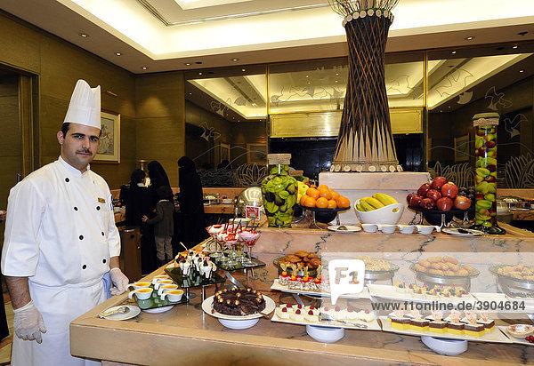Innenaufnahme  Koch vor Büffet  Hotel Doha Sheraton  Doha  Katar  Qatar  Persischer Golf  Naher Osten  Asien