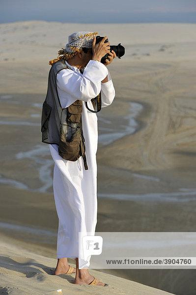 Fotograf mit Fotoweste  Araber  vor Khor Al Udeid Beach  auch Khor El Deid  Inland Sea  Wüstenwunder von Katar  Emirat Qatar  Persischer Golf  Naher Osten  Asien