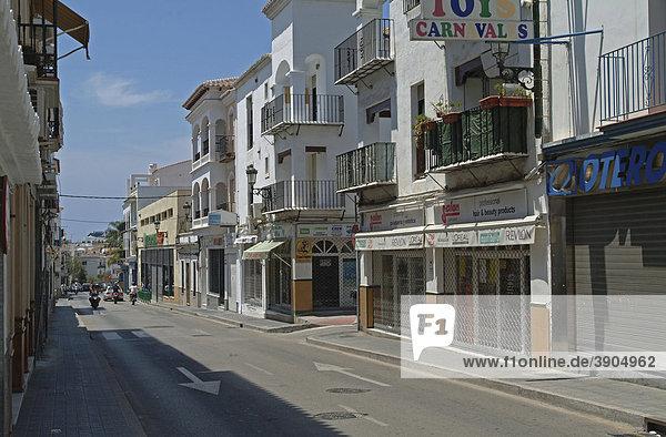 Straße in Nerja  Provinz Malaga  Andalusien  Costa del Sol  Spanien  Europa