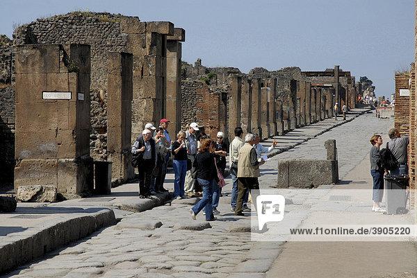 Touristen auf einer Straße in Pompeji  Italien  Europa