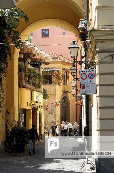 Schmale Straße in der Altstadt in Sorrento  Italien  Europa