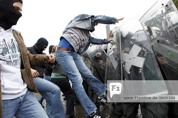 Junge Polizeibeamte lernen bei einer Übung mit gewalttätigen Demonstranten umzugehen  Nordrhein-Westfalen  Deutschland  Europa