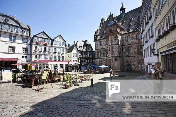 Altstadt  der Marktplatz mit Restaurants  Marktplatz  rechts das Rathaus  Marburg  Hessen  Deutschland  Europa