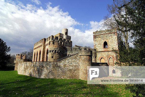 Mosburg Ruine im Park zu Schloss Biebrich  Wiesbaden-Biebrich  Hessen  Deutschland  Europa Mosburg Ruine im Park zu Schloss Biebrich, Wiesbaden-Biebrich, Hessen, Deutschland, Europa