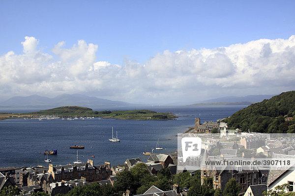 Blick auf Oban und die Insel Kerrera und die Insel Mull  Schottland  Großbritannien  Europa