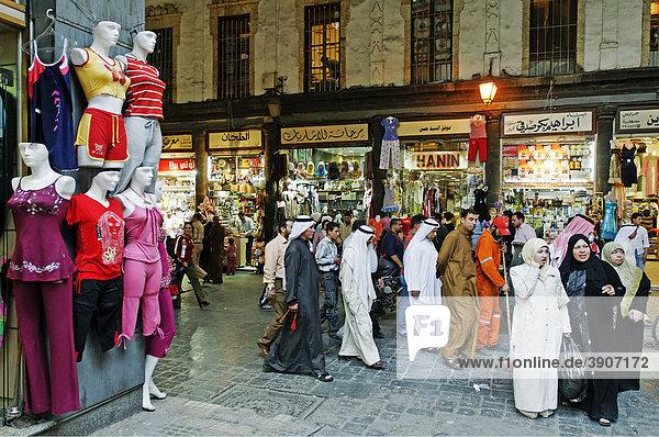 Menschen im Basar  überdachter Souk in der Altstadt  Weltkulturerbe der UNESCO  Damaskus  Syrien  Asien