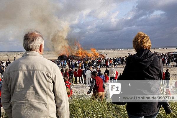 Strandfeuer zum Mittsommerfest auf der nordfriesischen Insel Amrum  Schleswig-Holstein  Deutschland  Europa