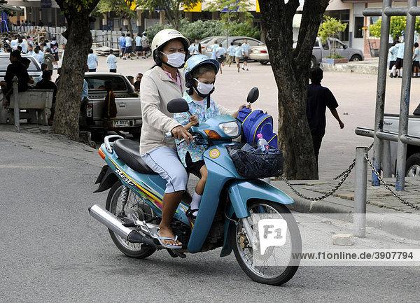 Mutter mit Kind auf einem Moped  Thailand  Asien
