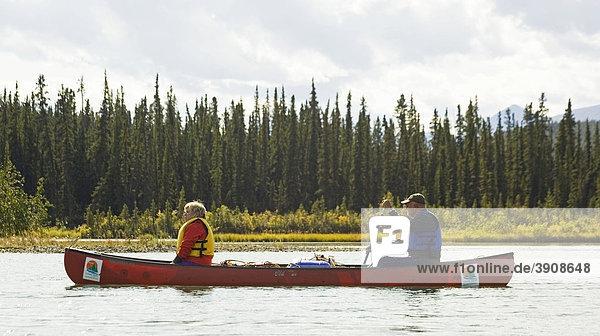 Paar  Mann und Frau in einem Kanu  Kanufahren  Takhini River Fluß  Yukon Territory  Kanada