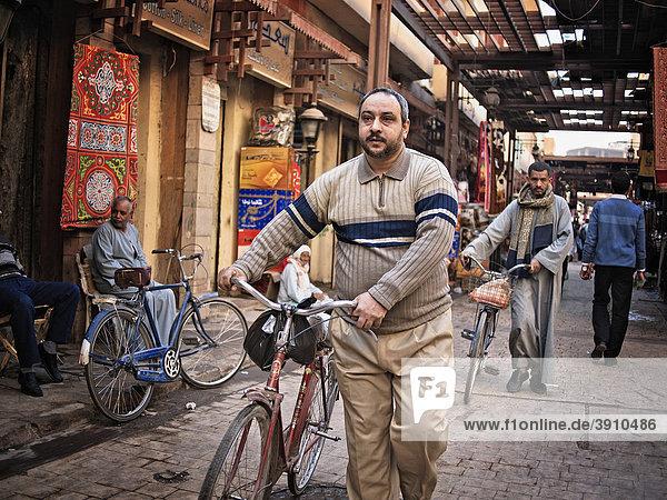 Mit dem Fahrrad im Souk von Luxor  Ägypten  Afrika