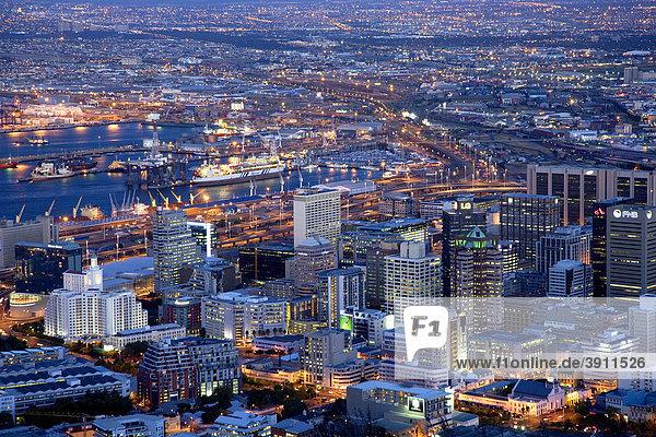 Blick über die Innenstadt vom Signal Hill  blaue Stunde  Dämmerung  Kapstadt  Südafrika  Afrika