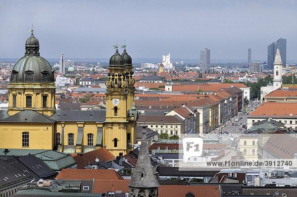 Blick vom Alten Peter nach Norden zu Theatinerkirche  Ludwigstraße  Schwabing  München  Bayern  Deutschland  Europa