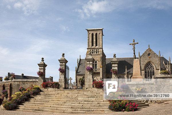 Die Kirche von Louannec mit Friedhof und den typischen Calvair  Louannec  Bretagne  Frankreich  Europa